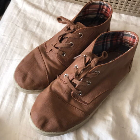 469e77869c0 TOMS youth boy brown boots Size 4. M 5b8321b5fb3803f2f9a79ff5